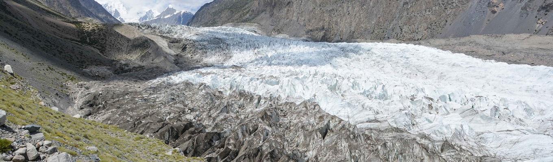 """Sông băng Passu nằm ở phía nam thị trấn, dòng sông băng  dài 57km này là sông băng dài thứ năm nằm ngoài vùng cực và được mệnh danh là """"sông băng đen"""""""