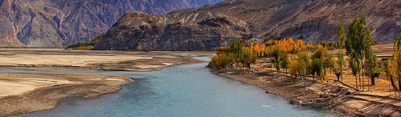 Sông Indus hay còn gọi là sông Ấn, là con sông lớn thứ hai của Nam Á sau sông Hằng, bắt nguồn từ Hymalaya, con sông dài 2.900km có tầm quan trọng về tôn giáo, văn hóa và thương mại của toàn khu vực.