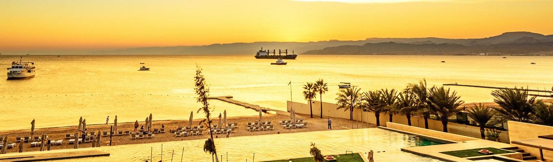 Aqaba, thành phố biển duy nhất của Jordan, bên bờ biển Đỏ, một trong những nơi đẹp nhất thế giới để lặn ngắm cảnh. Biển Đỏ có rặng san hô dài 2.000 km trải dọc theo bờ biển cùng 1.200 loài cá.