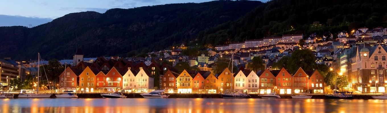 Khu nhà thương mại Bryggen nổi tiếng với những căn nhà gỗ xinh đẹp, theo lối kiến trúc thịnh hành từ thế kỷ 12- thế kỷ 17 với màu sắc rực rỡ được dựng san sát ở khu bến tàu dành cho các thương gia từ khắp các quốc gia châu Âu đến Bergen vào thời đó.