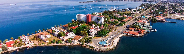 Thành phố Cienfuegos, di sản văn hóa Thế giới được Unesco công nhận năm 2004, nơi lưu giữ những kiến trúc cổ đậm phong cách Pháp thời khai hoang thuộc địa với những con phố vuông vức thẳng tắp như bàn cờ và được xem là viên ngọc phía Nam của Cuba.