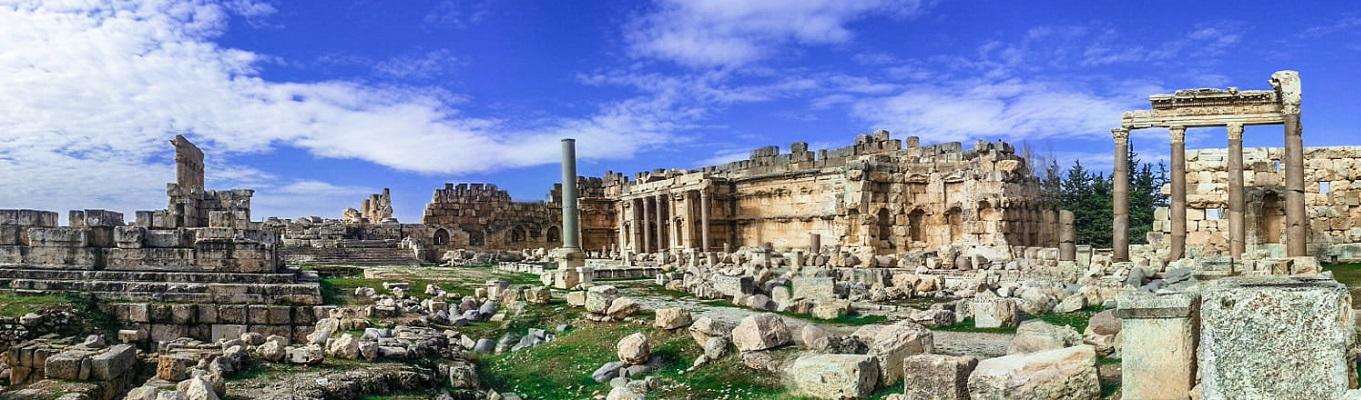 Cụm đền thờ ở Baalbek, nằm trên ngọn đồi cao nhìn xuống thành phố, với lối kiến trúc đặc trưng Hy Lạp – La Mã, mà ngày nay các đền thờ vẫn được bảo tồn gần như hoàn hảo và đã được UNESCO công nhận là di sản vào năm 1984.