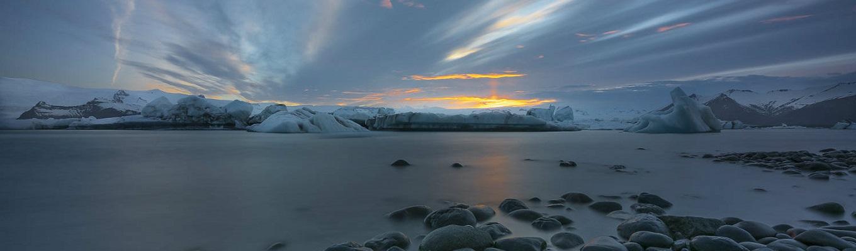 Đầm băng Jökulsárlón nổi tiếng đẹp nhất thế giới, chiêm ngưỡng những khối băng xanh nổi bồng bềnh trên mặt nước và lặng ngắm hoàng hôn, tận hưởng cảm giác yên bình tại nơi đây.