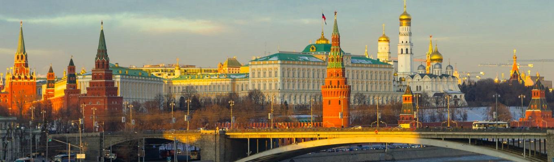 Điện Kremlin, nơi ở và làm việc của các Sa Hoàng trước đây và Tổng thống Nga hiện tại. Điện cũng là nơi lưu giữ các di tích lịch sử: các nhà thờ, tháp chuông, súng Thần công vua, quả Chuông Vua…