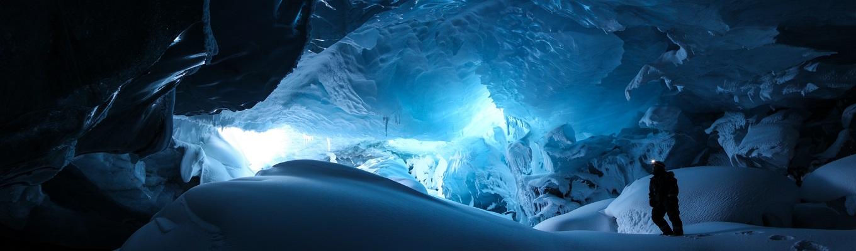 Có thể nói ngồi xe trượt tuyết và thám hiểm động băng là những trải nghiệm thú vị nhất khi đến vùng Bắc Cực này.