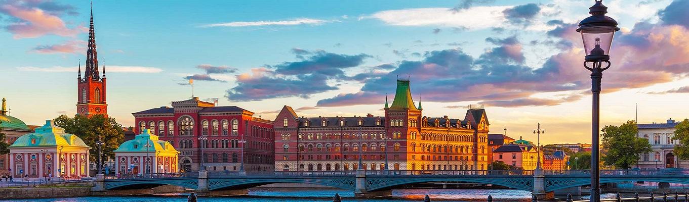 Thị trấn cổ Gamla Stan, nằm ở vị trí trung tâm của Stockholm, thị trấn được xây dựng từ thời trung cổ và được bảo tồn đến ngày nay. Gamla Stan quyến rũ du khách bởi mê cung những con hẻm hẹp, những tòa nhà bằng đá từ thế kỷ 17, 18 nằm chen chúc trong các con phố.
