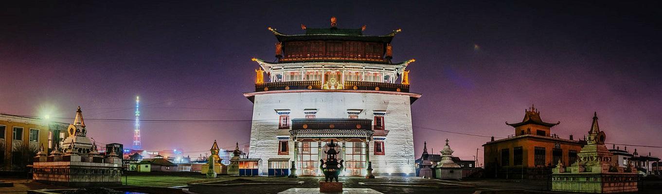Tu viện Gandan - tu viện Phật Giáo lớn và quan trọng nhất Mông Cổ. Tham quan bức tượng Janraisig Migjid (Quán Thế Âm) cao 26m, nặng 20 tấn, được mạ vàng cùng trang sức lộng lẫy, và cùng các nhà sư Mông Cổ tụng kinh, xoay kinh luân...