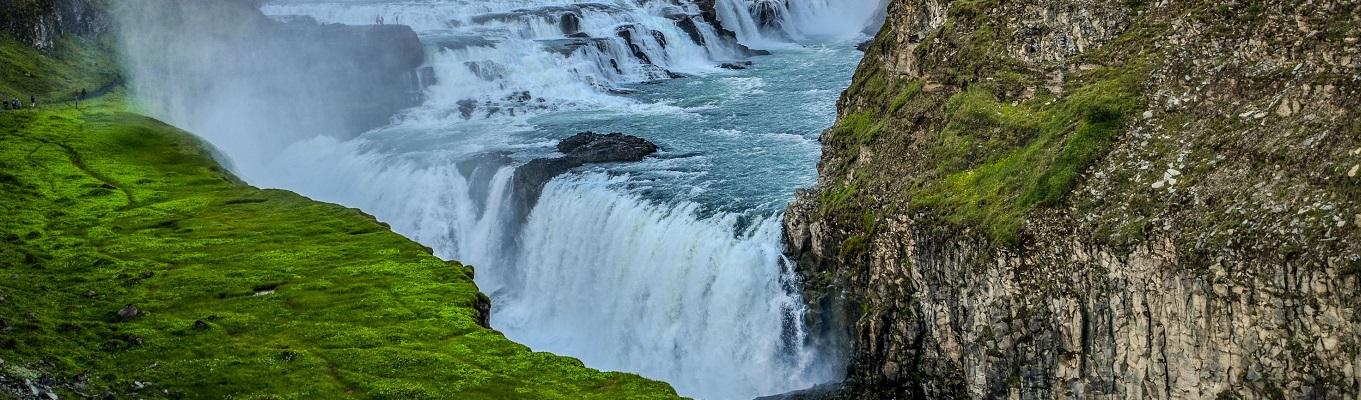 Thác nước Hoàng Kim (Gullfoss), với phong cảnh núi non hùng vĩ và hẻm núi cao hiểm trở ở hai bên đường đi sẽ tạo cho du khách cảm giác choáng ngợp trước vẻ đẹp tuyệt mỹ mà thiên nhiên đã ban tặng cho khu vực quanh thác Gullfoss.