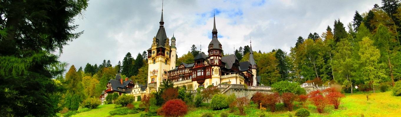 Toà lâu đài Peles – một trong những toà lâu đài đẹp nhất Châu Âu, đã từng là cung điện nghỉ hè của nhà vua Romania.