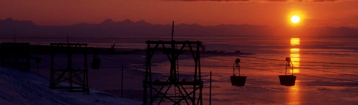 Vào mùa hè, quần đảo Svalbard trả qua khoảng thời gian kéo dài suốt 18 tuần không có bóng đêm, mặt trời rọi chiếu liên tục trong thời gian này tạo nên một hiện tượng thiên nhiên kỳ thú chỉ xuất hiện trên các địa cực.