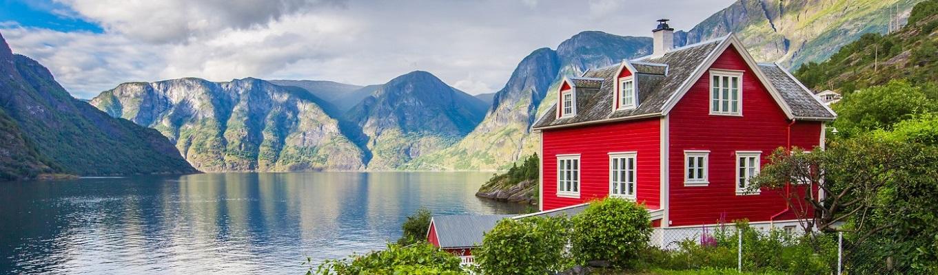 Vịnh Næroy là được xem là một trong những phần đẹp nhất và hoang dã nhất của vịnh Sognefjord, được xếp vào hàng di sản thiên nhiên thế giới.