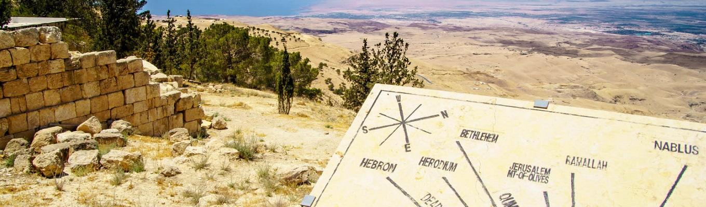 Nebo linh thiêng, cao hơn 800m so với mực nước biển. Nebo là một di tích tôn giáo quan trọng trông xuống Đất Thánh và phía nam Jordan.