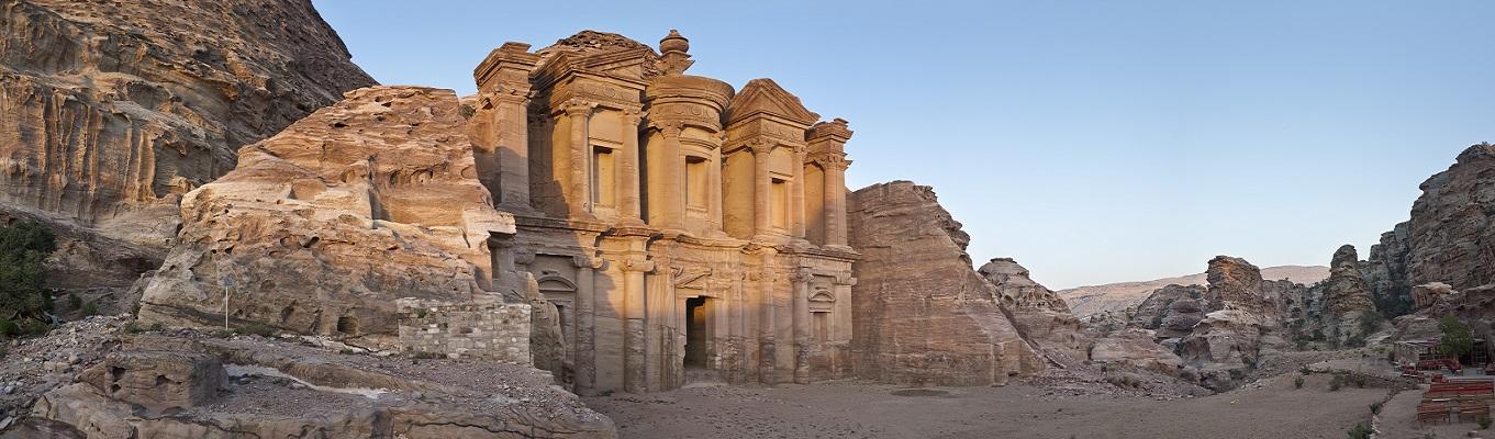 Thành cổ Petra, nơi người Nabataean đã xây dựng thành phố thủ đô Petra vào thế kỷ thứ I trước công nguyên đến thế kỷ thứ I sau công nguyên, sau đó thành phố này được tái khám phá vào thế kỷ 19.
