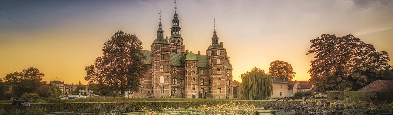 Lâu đài Rosenborg, công trình kiến trúc theo phong cách Phục Hưng,  từng là dinh cơ hoàng gia từ năm 1606 cho đến năm 1710.