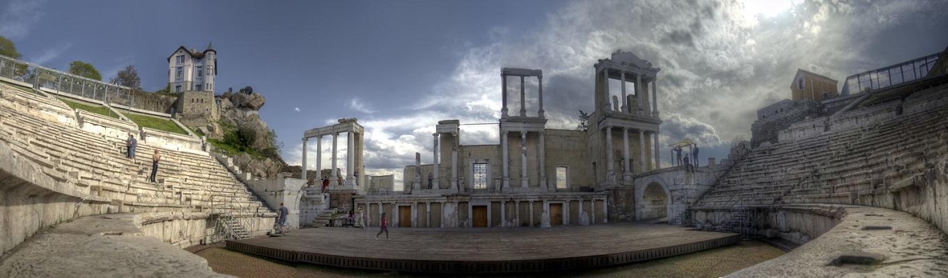 Plovdiv, thành phố lớn thứ hai của Bulgaria được hình thành cách đây khoảng 6.000 năm và trải dài trên 7 quả đồi với các điểm tham quan như nhà hát La Mã Plodiv, sân vận động Thượng Cổ Philippopoli, nhà thờ Sveta Marina