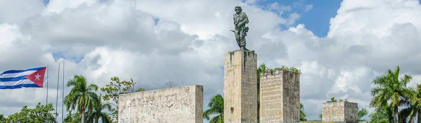 """Tượng đài anh hùng Che Guevara, người giải phóng Cuba và tổ hợp lịch sử """"con tàu bọc thép trật đường ray"""", nghe giới thiệu về trận đánh Santa Clara, điểm khởi đầu cho chiến dịch giải phóng Cuba."""