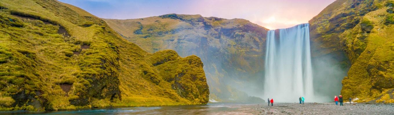 """Thác nước Skógafoss là một trong những thác nước lớn nhất của Iceland, là """" nơi khai sinh ra cầu vồng"""" nhờ lượng nước khổng lồ đổ xuống trong những ngày nắng."""