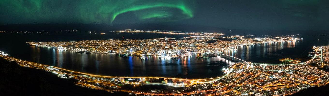 Thành phố Tromso nằm trên hòn đảo nhỏ giữa khu vịnh hẹp với núi đồi bao quanh có cảnh sắc đặc trưng của vùng Cực, thường được mệnh danh là Thủ đô Bắc Cực.