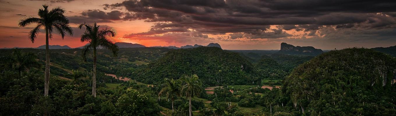 Thung lũng Vinales, môt trải nghiệm tiêu biểu cho vùng nông thôn Cuba. Thung lũng Vinales cổ kính cũng như thành phố xinh đẹp và đầy màu sắc cùng tên là một trong những điểm đến yêu thích tại Cuba sau thủ đô Havana.