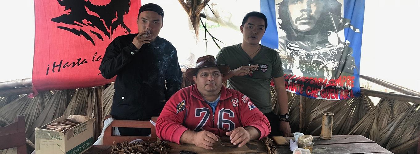 Cảm giác được thưởng thức những điếu xì gà thơm lừng ngay tại nơ sản xuất quả đúng là một trải nghiệm khó quên dành cho du khách.