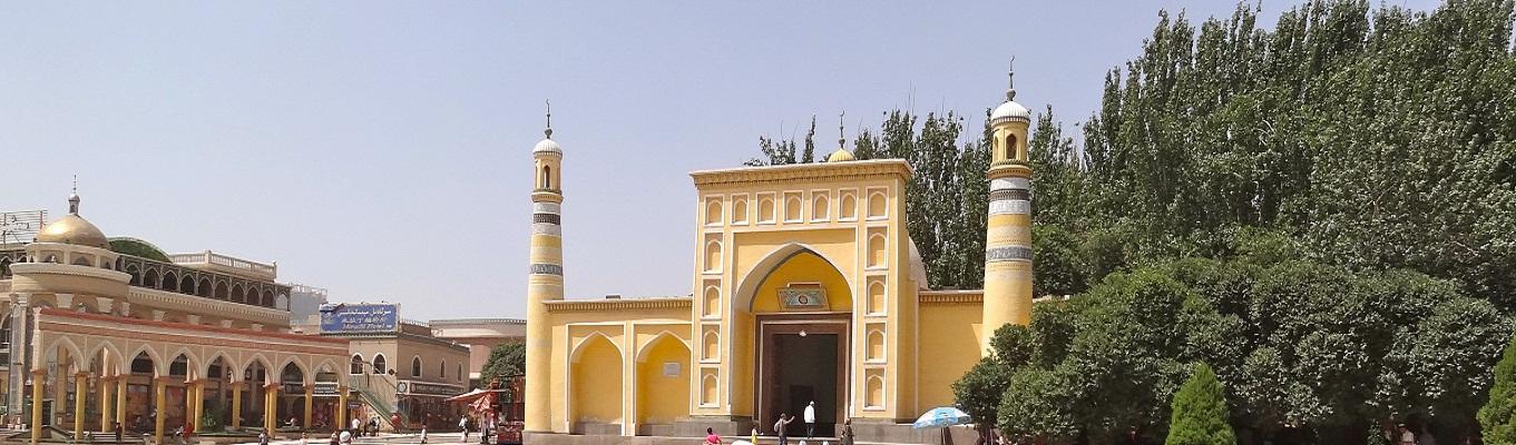 IdKah Mosque, một trong số ít các đền thờ Hồi giáo nổi tiếng và tiêu biểu ở Tân Cương. Đền thờ được xây bằng gạch vàng, toạ lạc phía trước hàng cây bạch dương, có sân lớn bên trong làm nơi tụ tập của hàng vạn người  mỗi khi có lễ hội của người Hồi giáo.