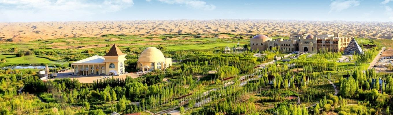 Công viên sinh thái Kubuqi, ngoài khung cảnh thiên nhiên hùng vĩ, thì hình ảnh về sa mạc nắng vàng thấp thoáng những công trình kiến trúc nhân tạo còn như một minh chứng cho sự cạnh tranh không ngừng nghỉ của người dân nơi đây để chống lại vấn đề sa mạc hóa.