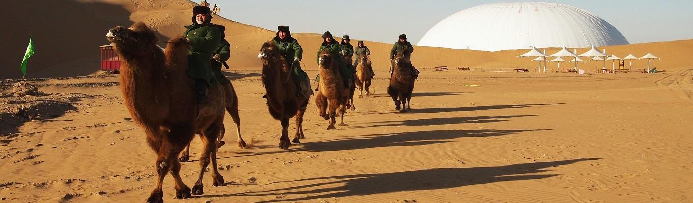 Sa mạc Vọng Âm (Xiang ShaWan)  – một trong những khu du lịch nổi tiếng của Trung Quốc. Với địa thế hình bán nguyệt cùng với những cồn cát trải dài hơn 200m, khi gió thổi qua hoặc đột ngột đổi hướng sẽ tạo ra những âm thanh kỳ diệu, huyền bí mà không nơi nào có được