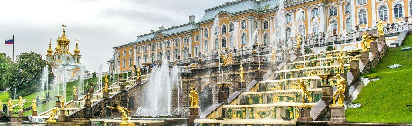 """Peterhof Palace là một loạt các cung điện và hoa nằm ở Saint Petersburg, Nga, đặt ra theo lệnh của Peter Đại đế. Những cung điện và vườn đôi khi được gọi là """"Versailles"""" ở Nga. Các cung điện quần cùng với trung tâm thành phố được công nhận là một di sản thế giới của UNESCO."""