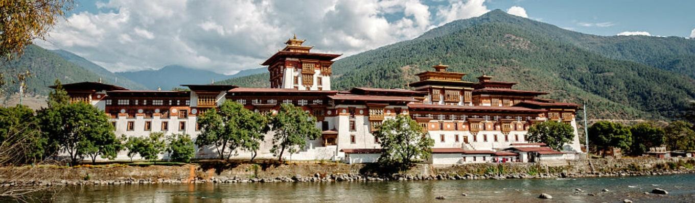 """Pháo đài Punakha Dzong nằm ở giữa sông """"cha"""" Pho Chhu và sông """"mẹ"""" Mo Chhu ở thung lũng Punakha - Wangdue. Pháo đài từng là một trung tâm hành chính và cơ quan chính phủ Bhutan đến năm 1955, trước khi thủ đô được dời về Thimphu. Nơi này đang nằm trong danh sách đề cử Di tích Thế giới của UNESCO."""