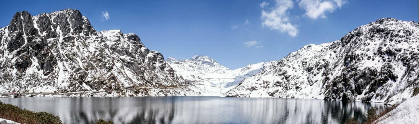 Hồ Tsomgo thay đổi màu sắc theo mùa từ màu ngọc lục cho tới xanh da trời. Các nhà sư đạo Phật thường đoán tương lai dựa trên màu nước của hồ này.