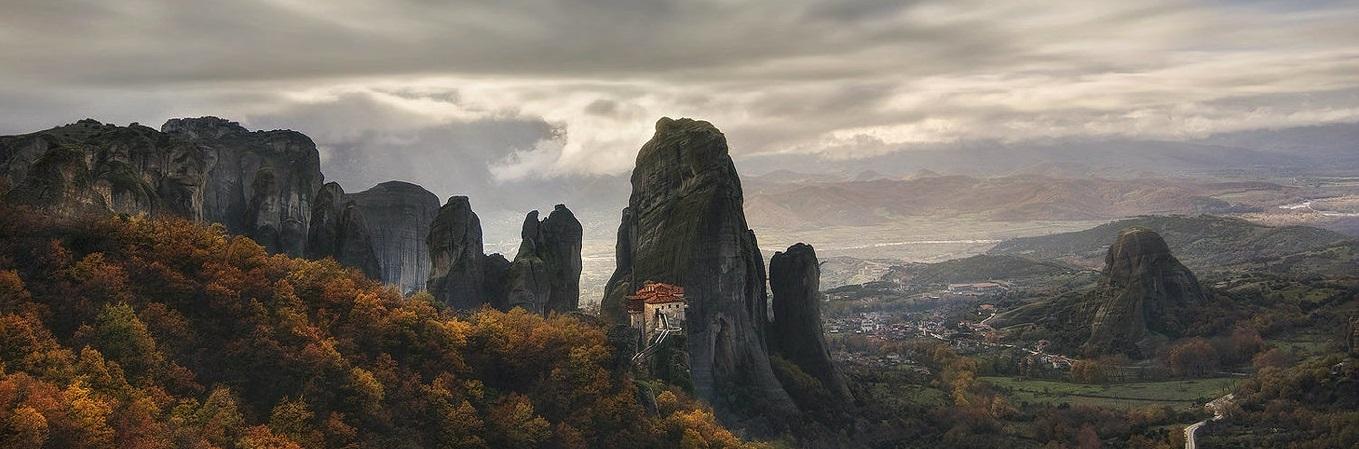 Meteora gồm 6 tu viện nhỏ được xây dựng trên những cột đá tự nhiên, nằm ở rìa phía Tây Bắc khu vực Thessaly, gần con sông Pinios và ngọn núi Pindus thuộc trung tâm Hy Lạp.