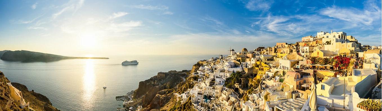 Santorini được biết đến là thiên đường nghỉ dưỡng nổi tiếng nhất ở Nam Âu, đây là một hòn đảo ở miền Nam biển Aegean, nằm cách 200 km về phía Đông Nam phần đất liền của Hy Lạp.