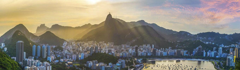 Thừa hưởng khí hậu nhiệt đới Nam Mỹ, cảnh quan thiên nhiên, những lễ hội đường phố sôi động, Rio de Janeiro là một trong những địa điểm du lịch hấp dẫn và nổi tiếng nhất Brazil.