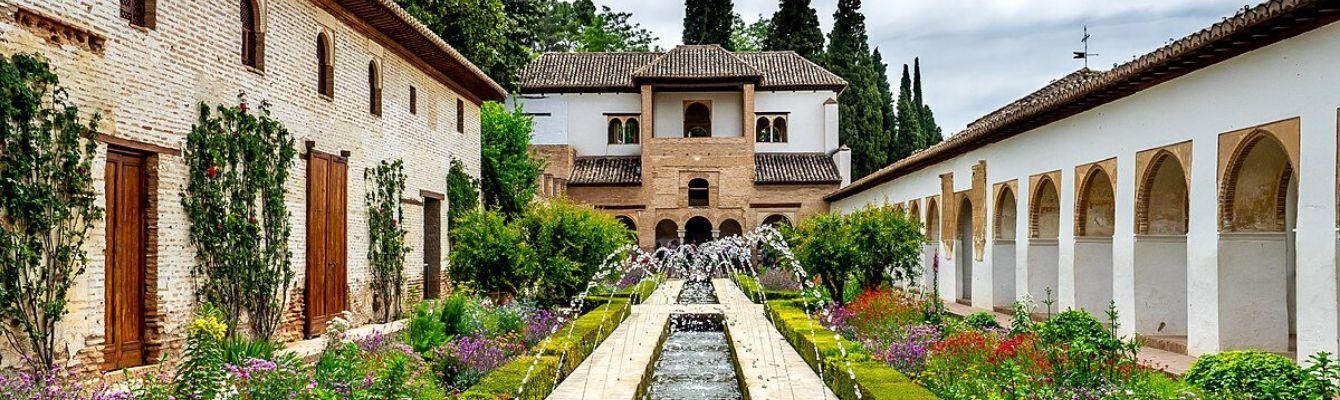 Cung điện Genralife được xây dựng vào thế kỷ 14 cho Nasrid King Muhammed III, công trình kiến trúc tuyệt đẹp này bao gồm Cung điện chính, Tòa án Soultana, Nhà hát Generalife, Lối đi dạo và vườn cây bách rộng lớn.