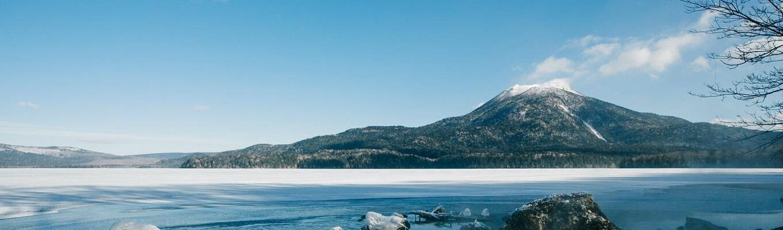 """Hồ Akan là hồ lớn thứ 5 ở Hokkaido, được hình thành vào khoảng 150.000 năm trước do hoạt động phun trào của núi lửa. Đây là """"nhà"""" của tảo cầu Marimo – loài thực vật thủy sinh quý hiếm"""