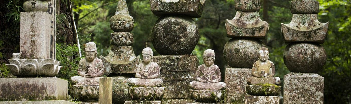 """Okunoin - Đây là khu vực linh thiêng trên núi Koya, nơi Hoằng Pháp Đại Sư hiện đang thực hành bài tu """"Nyujo"""". Con đường hành hương nối dài được bao quanh bởi cây tuyết tùng có tuổi từ 200 đến 500 năm, trong số đó có cả những cây đến hơn 1,000 năm tuổi."""