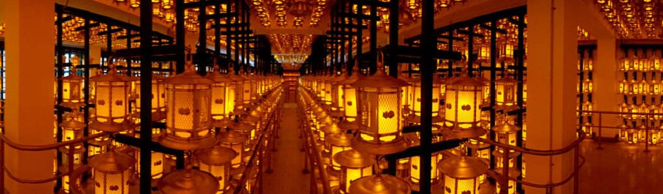 Có tên gọi là Torodo Hall, đại sảnh huyền diệu này là nơi thờ cúng chính trong khu vực nghĩa trang Okunoin với hơn 10.000 chiếc đèn lồng được các tín đồ quyên tặng.