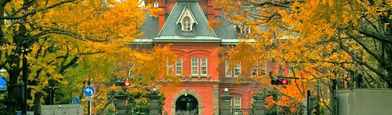 Tòa nhà Văn phòng Chính phủ cũ của Hokkaido là một công trình kiến trúc lịch sử được hoàn thành vào năm 1888.  Đây là ngôi nhà sử dụng nhiều phong cách Hoa Kỳ hơn so với những kiến trúc Neo-Baroque (phục hưng) khác ở Sapporo.