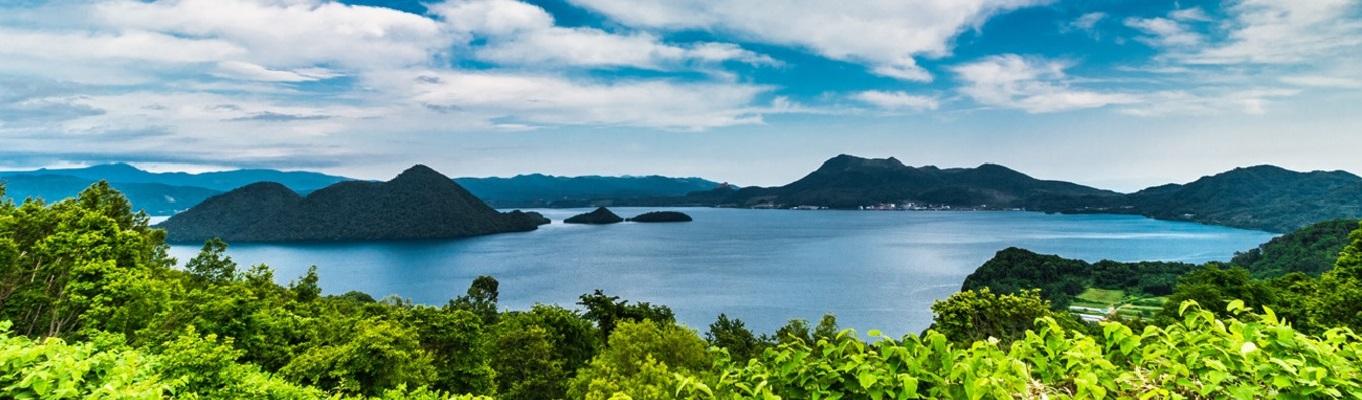 Hồ Toya hay còn gọi là Toyako là một phần của Công viên Quốc gia Shikotsu Toya. Hồ được bao quanh bởi khuôn viên của ngọn núi lửa Usu, một ngọn núi lửa vẫn còn đang hoạt động tại Nhật và rất nhiều suối nước nóng.