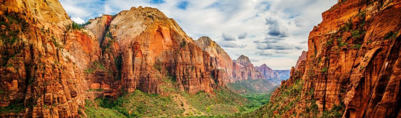 Công viên quốc gia Zion nổi tiếng với các loại đá màu trắng, hồng và đỏ trải dài 15 dặm và được chạm khắc theo thời gian bằng sông Virgin.