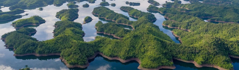 Hồ Tà Đùng hay còn gọi là hồ chứa thủy điện Đồng Nai 3. Sau khi dự án đập thủy điện được xây dựng, người dân chuyển đến vùng cao hơn để sinh sống thì vùng nước bị chặn lại tại thung lũng tạo ra một kỳ quan vừa tự nhiên vừa nhân tạo tuyệt đẹp.