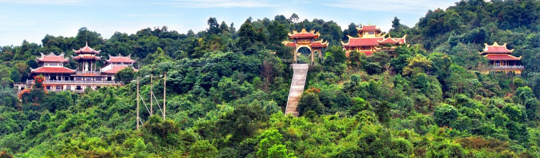 Thiền Viện Trúc Lâm, ngôi thiền viện thuộc phái Trúc Lâm Yên Tử. Thiền viện cách Đà Lạt khoảng 5 km nằm trên núi Phụng Hoàng. Đây không chỉ là thiền viện lớn nhất Lâm Đồng, mà còn là điểm tham quan và chiêm bái của nhiều du khách trong và ngoài nước.