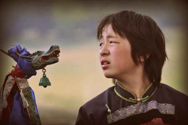 Một cậu bé trong nghi lễ thể hiện qua tín ngưỡng Shaman