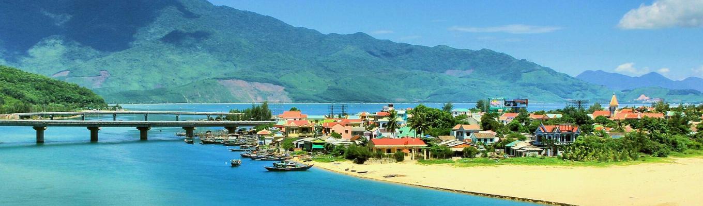 Lăng Cô với bãi biển đẹp, những cồn cát trắng trải dài hơn 10km  luôn được bình chọn là một trong những bãi biển đẹp nhất hành tinh.