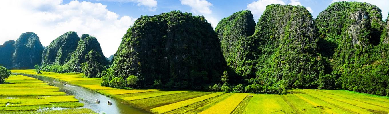 Ninh Bình hiện lên tuyệt đẹp giữa  những dải đá vôi, thung lũng và những sông ngòi đan xen tạo nên một không gian huyền ảo, kỳ bí.