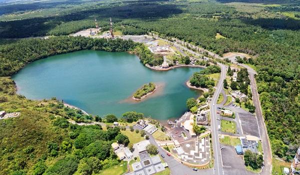 Vẻ đẹp hồ Grand Bassin trên cao.