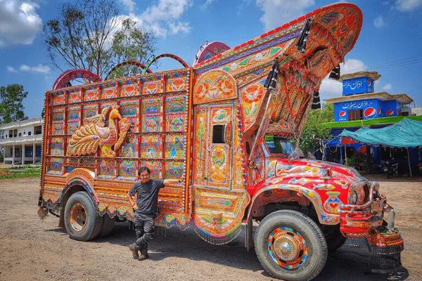 Chiếc xe được trang trí đầy màu sắc .