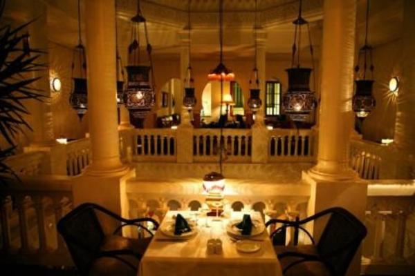 không gian quán được thiết kế giống với bộ phim cổ điển Casablanca