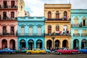 Những chiếc xe và tòa nhà cổ với tông màu nổi.