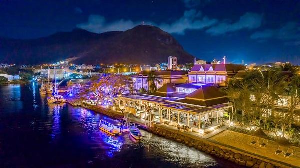 Khung cảnh về đêm của khách sạn Le Suffren Hotel & Marina.